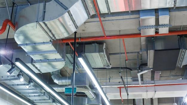 Services publics industriels sous le plafond.