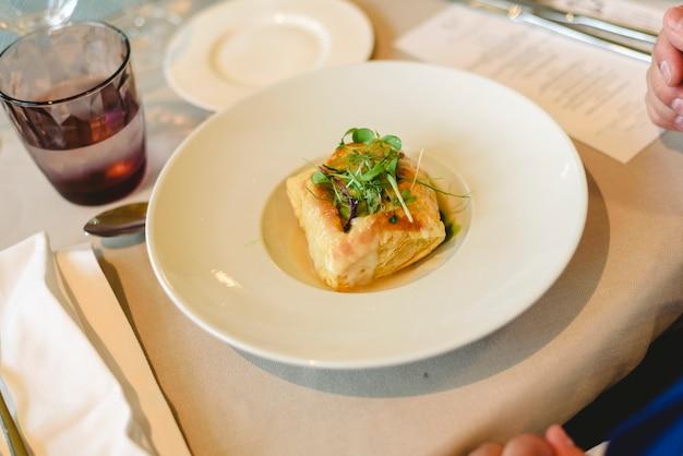 Services de restauration avec collations, apéritifs et plats principaux au restaurant