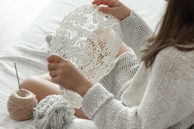 Serviette ajourée au crochet, fait à la main, concept de loisirs à domicile et de passe-temps.