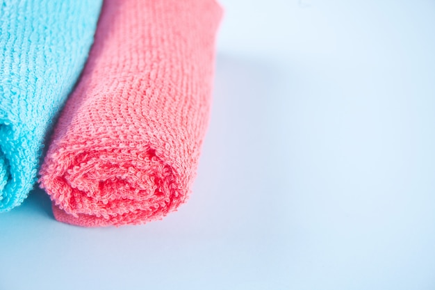 Serviette de bain bleu et rose serviette de bain spa chiffon sur fond bleu.