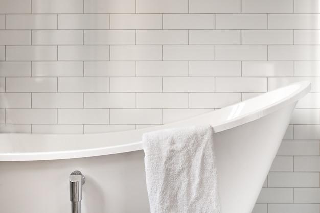 Serviette de bain classique avec vieille baignoire