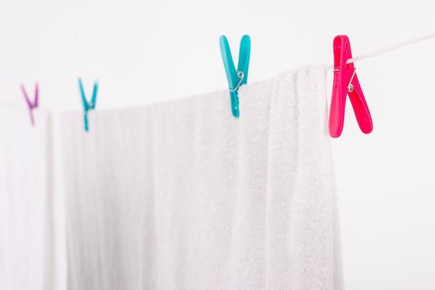 Serviette de bain gros plan suspendu à une corde à linge