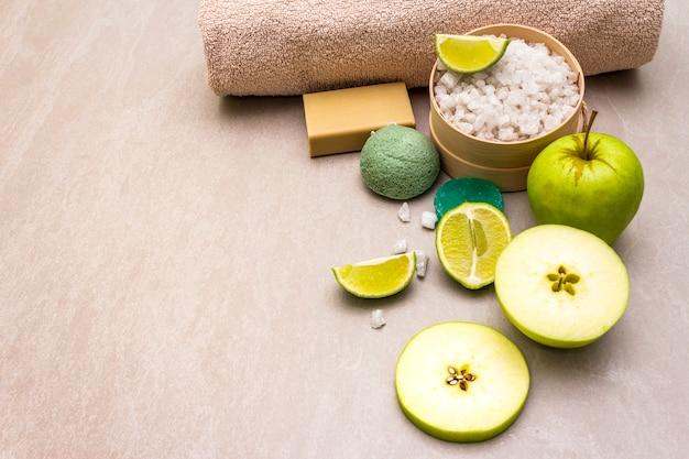 Serviette de bain, sel de mer au citron vert, pomme, olive et savon à la menthe et éponge