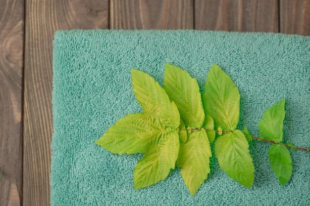Serviette de bain sur table en bois. serviette de couleur menthe