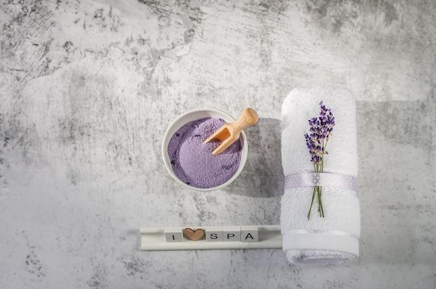Serviette de bain torsadée avec sel de bain et lettres en bois