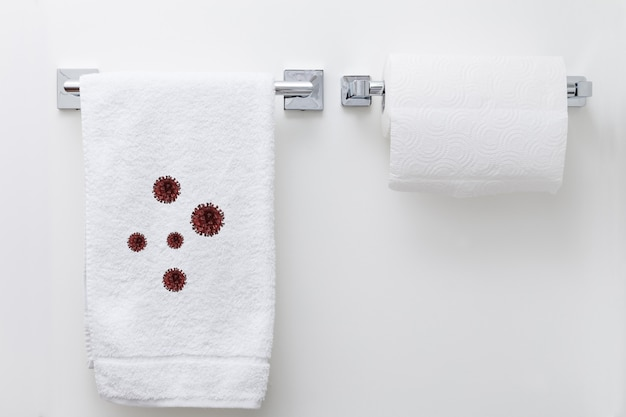 Serviette blanche accrochée au mur avec de nombreuses cellules de coronavirus dessus, concept épidémique