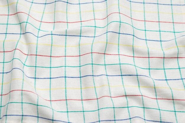 Serviette blanche isolée sur une surface blanche