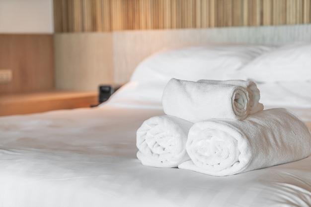 Serviette blanche sur le lit