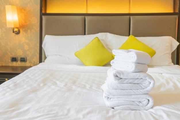 Serviette blanche pliée sur le lit dans la station de l'hôtel