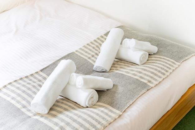 Serviette blanche posée sur le lit dans la chambre