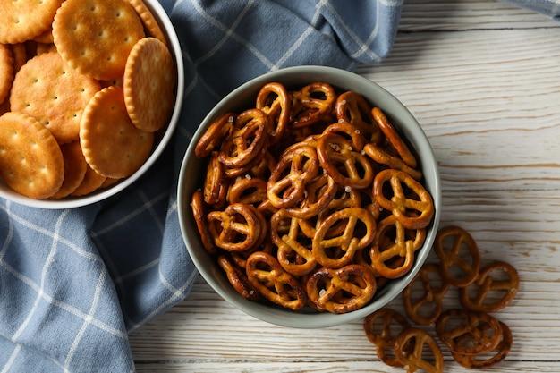 Serviette et bols avec biscuits craquelins