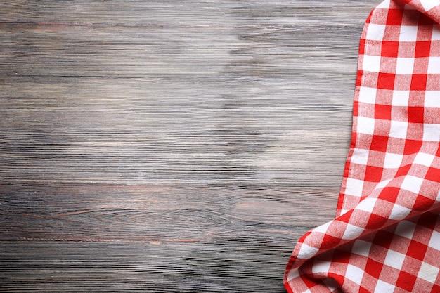 Serviette à carreaux sur table en bois