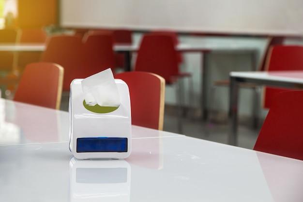 Serviette en carton bleu sur le bureau de la cantine pour un confort propre