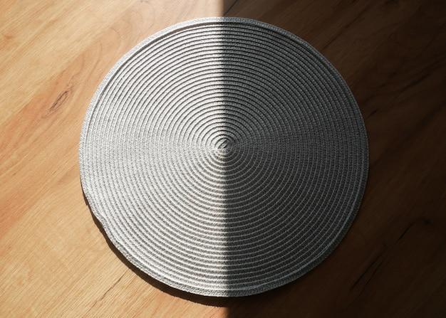 Serviette en coton gris sur la table. nappe dans l'ombre. lumière du soleil du matin.