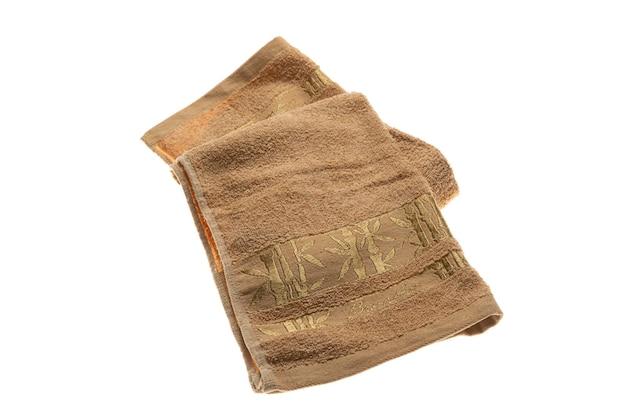 Une serviette de couleur moelleuse isolé sur fond blanc