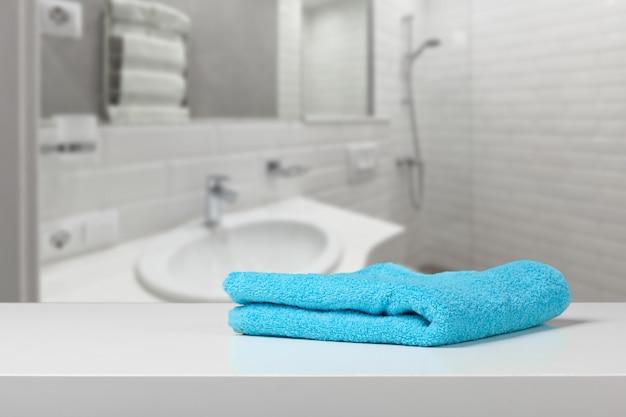 Serviette de couleur vive sur une étagère dans une salle de bain