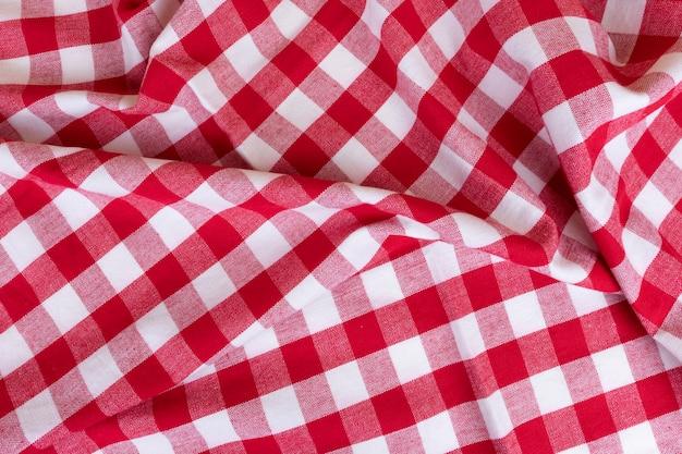 Serviette de cuisine traditionnelle blanche et rouge à carreaux de style rustique pour un pique-nique ou une nappe à motif tartan.