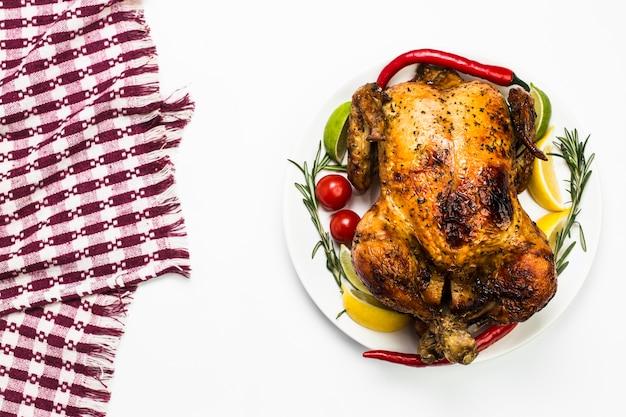 Serviette damier près de poulet sur blanc