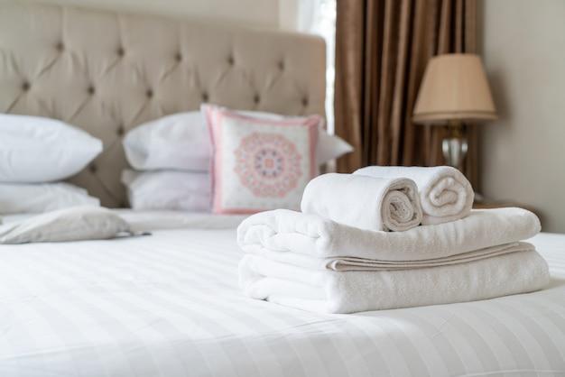 Serviette de douche blanche sur le lit