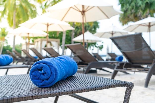 Serviette de gros plan sur chaise de plage - concept de voyage et de vacances