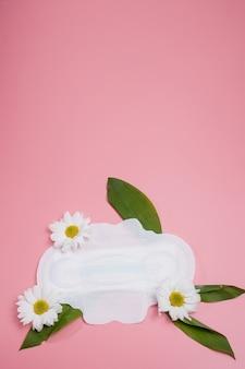 Serviette hygiénique florale propre, concept d'hygiène, produits pour femmes, serviettes menstruelles.