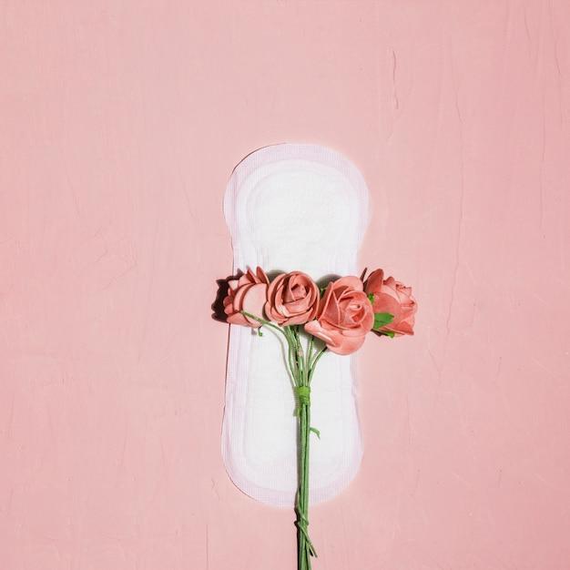 Serviette hygiénique vue de dessus avec fleurs