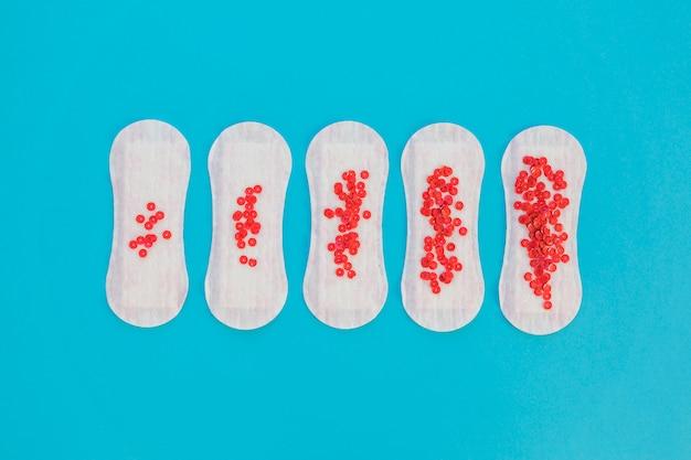Serviette hygiénique vue de dessus avec paillettes rouges