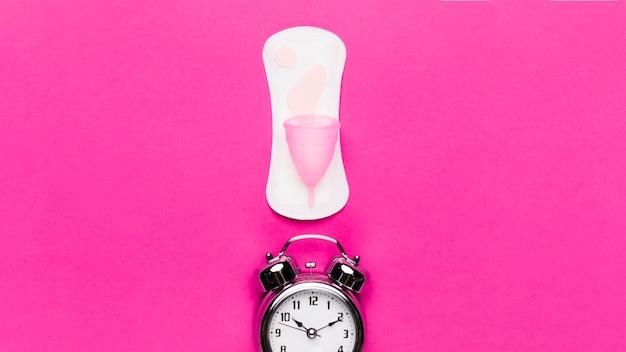 Serviette hygiénique vue du dessus avec horloge