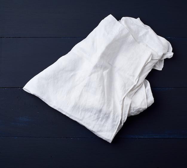 Serviette en lin blanc sur bois bleu