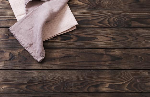 Serviette en lin sur table en bois foncé