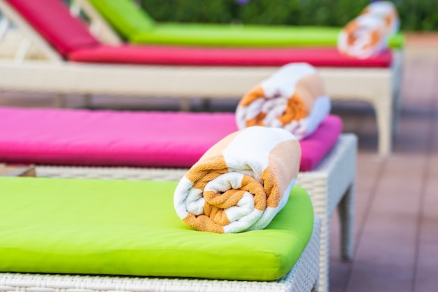 Serviette sur le lit autour de la piscine dans l'hôtel