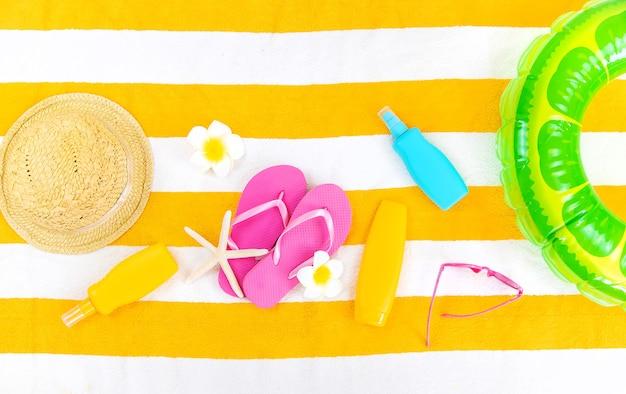 Serviette de plage avec accessoires de relaxation. mise au point sélective. mer.