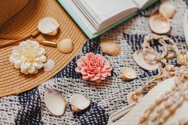 Serviette de plage avec coquilles et éléments décoratifs