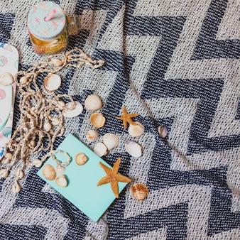 Serviette de plage et de plage avec éléments décoratifs