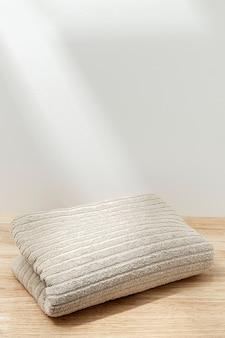 Serviette pliée en coton naturel