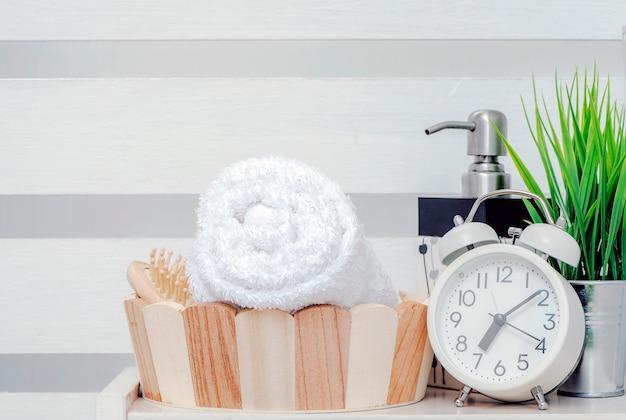 Serviette propre dans un seau en bois sur une étagère en bois