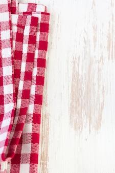 Serviette rouge sur blanc