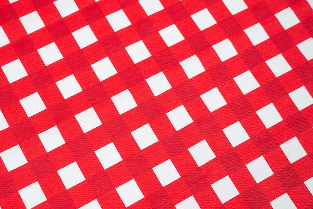 Serviette rouge isolé sur blanc. espace de copie.