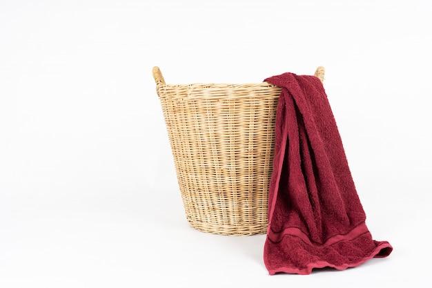 Serviette rouge avec panier isolé