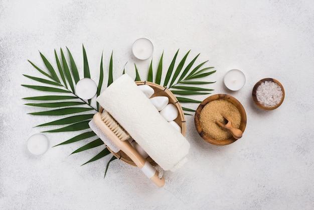 Serviette de spa avec brosse et sel sur la table
