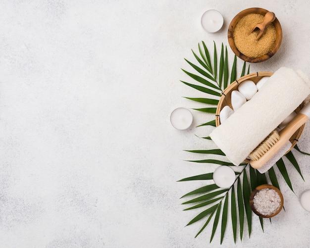 Serviette de spa vue de dessus et brosse avec sel