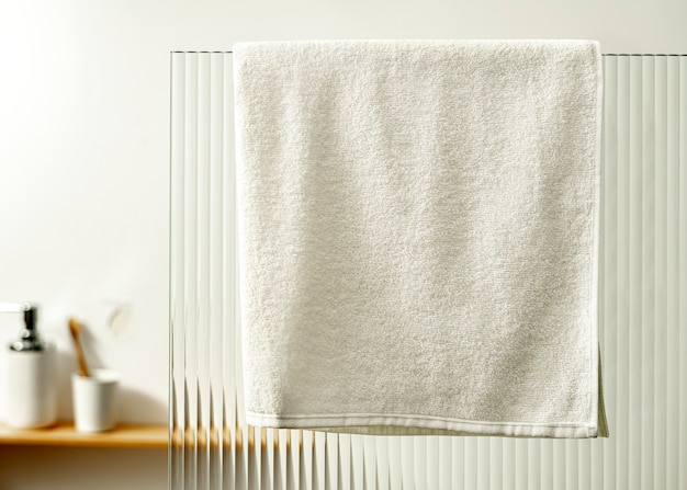 Serviette suspendue dans la douche