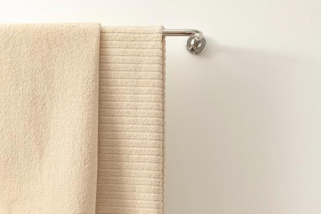 Serviette suspendue dans la salle de bain, textile de maison