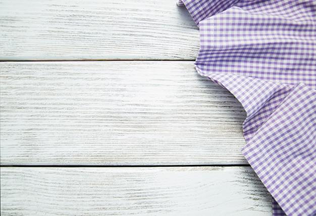 Serviette de table sur le fond en bois