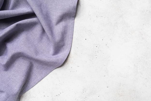 Serviette violette sur le côté gauche du fond abstrait avec espace de copie, fond de nourriture