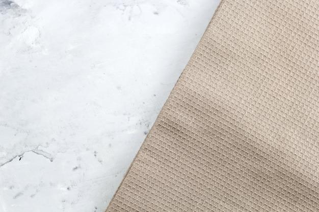 Serviette vue de dessus sur une table de marbre