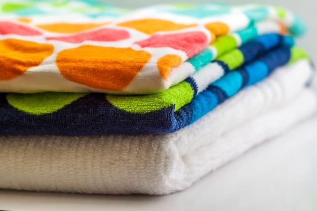 Serviettes de bain en coton coloré sur fond blanc