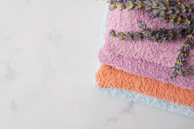 Serviettes de bain grand angle sur fond de marbre