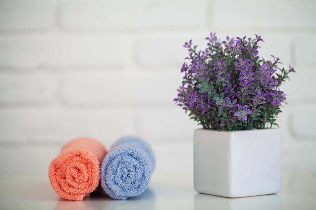 Serviettes de bain moelleuses sur une table en bois clair avec décor