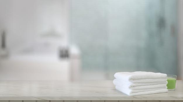 Serviettes blanches sur le comptoir en bois dans la salle de bain moderne